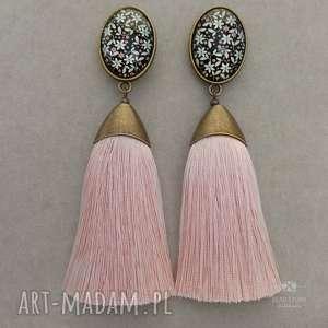 Pędzelki z chwostami pudrowo różowymi wzorzystym kaboszonem, sztyfty, metal, szkło