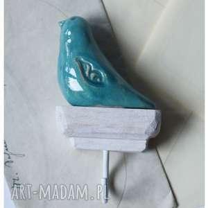 Wieszak z pojedynczym niebieskim ptaszkiem ceramika wylegarnia