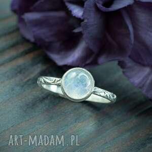 srebrny pierścionek z kamieniem księżycowym i ornamentami