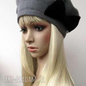 ciemno szary beret z czarną aksamitną kokardą, beret, kokarda, aksamit, czapka