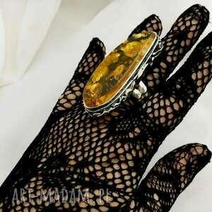 Okazały duży pierścionek srebrny z kamieniem bursztyn bałtycki