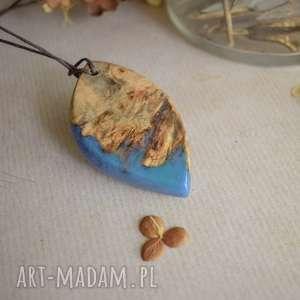 Wisior z drewna i niebieskiej żywicy wisiorki sirius92 z-żywicy