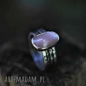 pierścień z różowym kamieniem księżycowym, minerałem, kamień