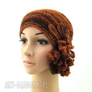 czapka w rudościach z ozdobą - czapka, prezent, ozdoba, kwiat, zimowa, jesienna