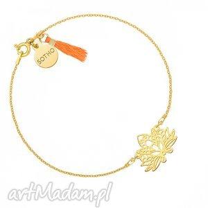 złota bransoletka z ażurowym lotosem zdobiona pomarańczowym