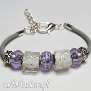 fioletowo-biała bransoletka z linki kauczukowej koralikami ze szkła murano