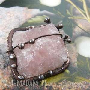broszka z naturalnym kwarcem różowym, kwarc różowy broszka, naturalny kamień
