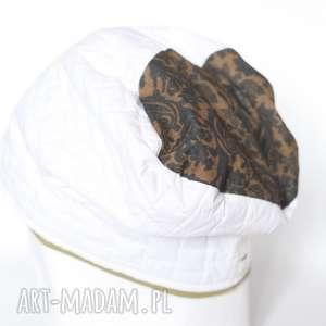 hand-made czapki czapka damska biała z motywem