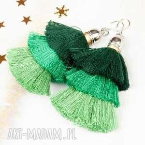 modne kolczyki z zielonymi chwostami dla osoby, która lubi duże