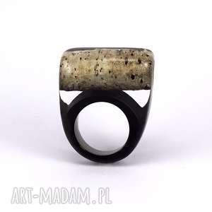pierścionek z brzozą i czarną żywicą