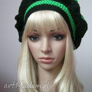 zieleń z czernią - beret - beret, bąble, paski, modny, ozdobny, prezent