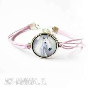 ręczne wykonanie bransoletka - biały koń lila, sznurki