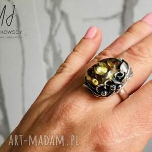 unikatowy wykonany ręcznie pierścionek srebrny z bursztynem bałtyckim