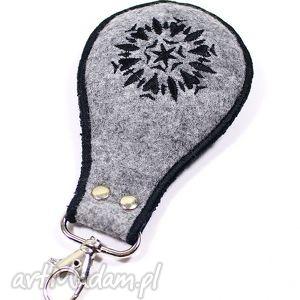 brelok z czarnymi serduszkami, brelok, haft, filc, serce, walentynki, wyszywany