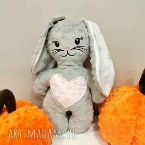 szary królik z różowym sercem maskotka z minky prezent na roczek, królik