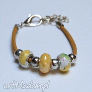 żółto-biała bransoletka z rzemienia skórzanego koralikami ze szkła murano, prezent