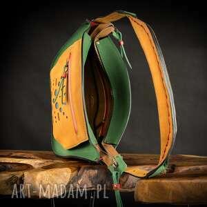 na ramię unikalna torebka w kolorach zielonym, czerwonym, camelowym i niebieskim
