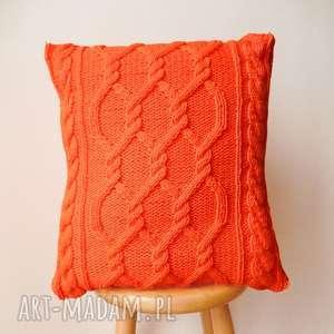 duża pomarańczowa poduszka, rękodzieło, dziergana, włóczkowa, przytulna