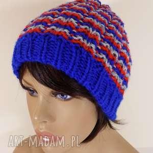 trójkolorowa czapka z fantazyjnym wzorem - czapka