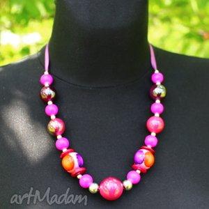 korale w odcieniach różu i fioletu, korale, drewno, akryl, wstążka