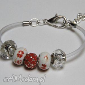 czerwono biała bransoletka z linki kauczukowej koralikami ze szkła murano