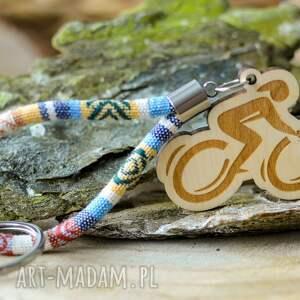 breloki brelok do kluczy boho rowerzysta z drewna klon titicaca