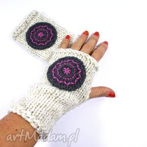 ręczne wykonanie rękawiczki mitenki ecru z kołem