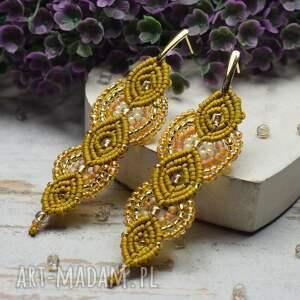 długie, eleganckie kolczyki w miodowych odcieniach i dodatkiem złota
