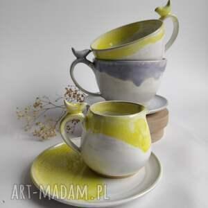 ceramika zestaw składający się z dwóch filiżanek i dzbanuszka