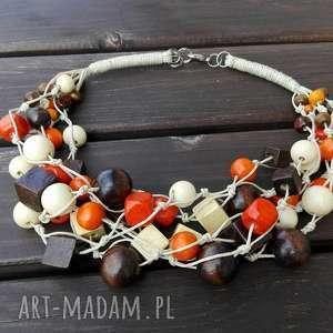 świąteczny prezent, naszynik beżowy, drewno, korale, naszyjnik, sznurek, kolia