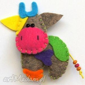 nietypowa krowa - broszka z filcu - krowa, broszka, filc, prezent, dziecko, biżuteria