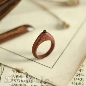czerwony pierscionek z peridotem, pierścionek peridot, drewniany