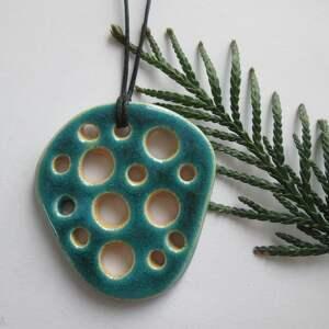 turkusowy wisiorek z dziurami, modernistyczny, wisior, ceramiczny, nowoczesny