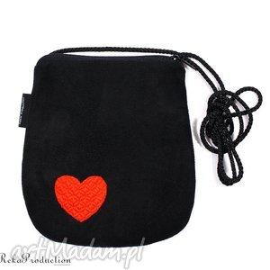 czarna minitorebka z wyszytym serduszkiem, serce, walentynki, torebka, haft, love,