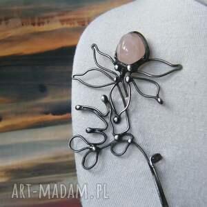 Witrazka: broszka: kwiat z kwarcem różowym, broszka kamień, kwiat