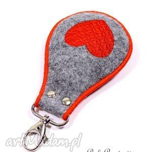 brelok czerwone serce, brelok, walentynki, haft, filc, wyszywany, święta