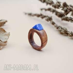 pierścionek z drewna gruszy lapisem lazuli, drewniany
