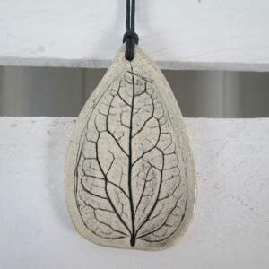 wyjątkowy prezent, wisiorek z listkiem, ceramiczny, wisior, roślinny, z-ceramiki