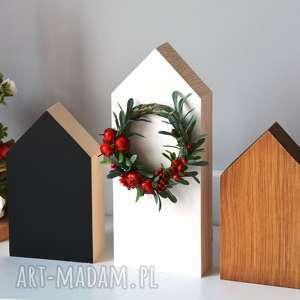 3 domki drewniane z wiankiem, domki, domek, drewniany, drewna, wianek, tablicowy