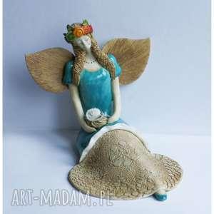 Anioł z szydełkiem oraz kłębuszkiem wełny, ceramika, anioł