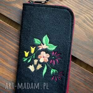 ręczne wykonanie etui filcowe na telefon - rajskie kwiaty