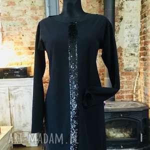 Mała czarna, elegancka, oryginalna, minimalistyczna, mini, aplikacja