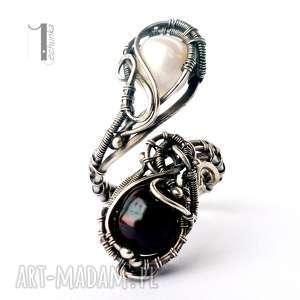 monochrome v - srebrny pierścień z perłami - wirewrapping