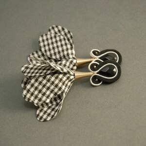 kolczyki sutasz z kwiatkiem, sznurek, eleganckie, pepitka, czarnobiałe, wiszące