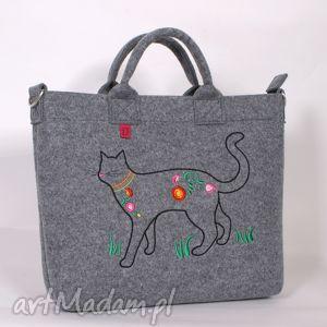 handmade na laptopa duża, jasna filcowa torba na której zamieszkał kot