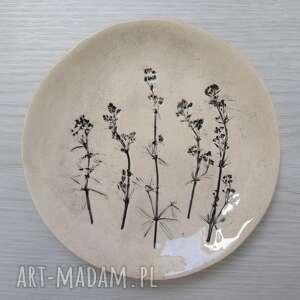 ceramika roślinny naturalny talerzyk, organiczny z roślinami