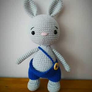 Szydełkowy króliczek w spodenkach maskotki minimis szydełko
