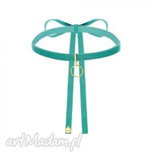 hand-made naszyjniki aksamitny choker w kolorze morskim ze złotą karmą