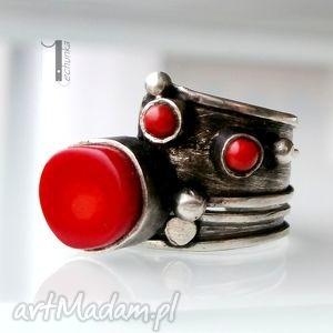 ręczne wykonanie pierścionki biedroneczki są w kropeczki i to chwalą sobie - srebrny pierścionek z koralem