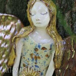 Anioł w kolorowej sukni z kwiatem prezent dla dziecka enio